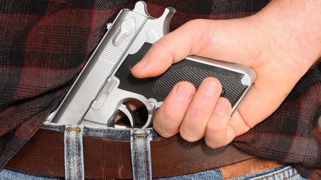 Senado de Texas aprueba armas en sus universidades