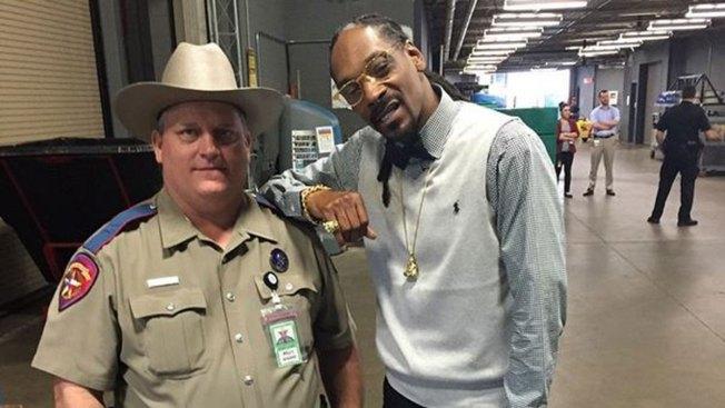 Policía amonestado por foto con Snoop Dogg