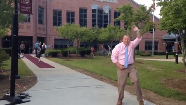 Director baila el ''Nae Nae'' en 1er día de clases