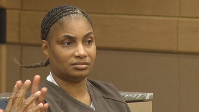 En Corte mujer acusada de matar a policía