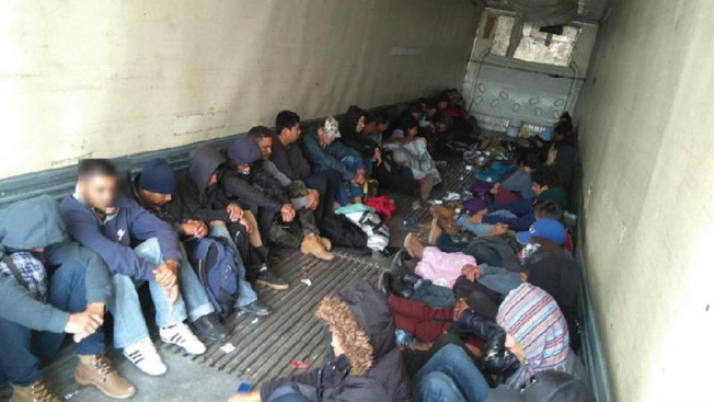 Se escuchaban gritos de auxilio: hallan a 103 migrantes en camión