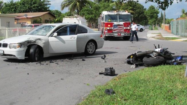 Choque entre moto y BMW: 2 heridos