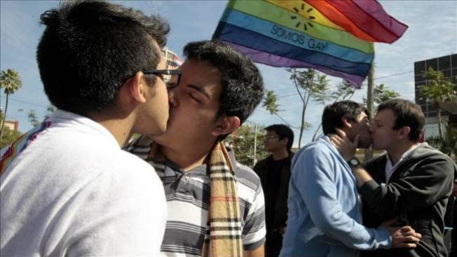 Maratón de besos gay en Paraguay