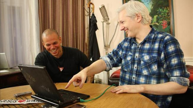 Calle 13 en canción con fundador de WikiLeaks