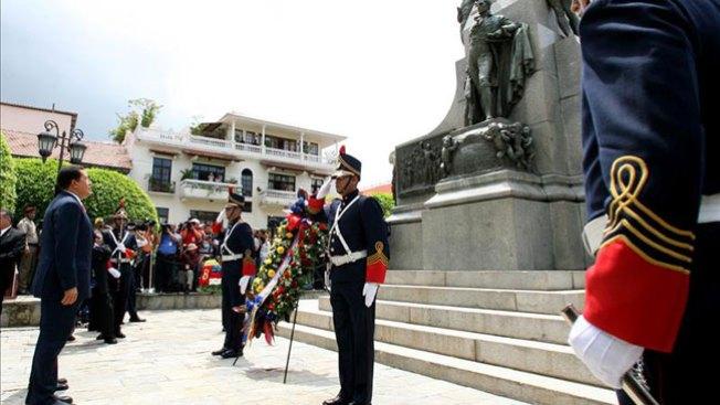 Exigen a Chávez el pelo de Bolívar