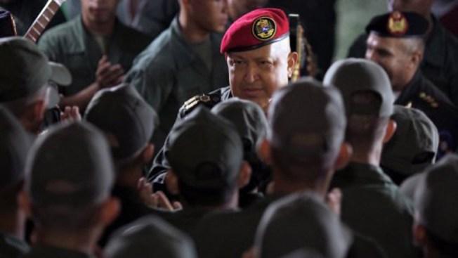 Chávez aumenta salarios a militares