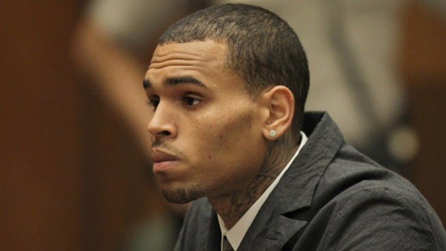 Mujer acusa a Chris Brown de apalearla