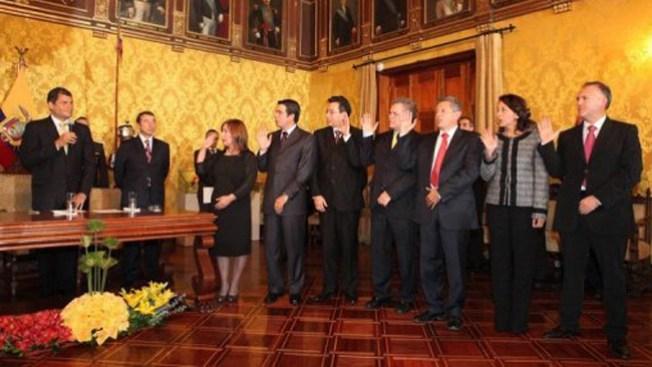 Correa reestructura gabinete