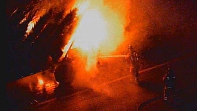 Fuego devora camión en medio de la vía