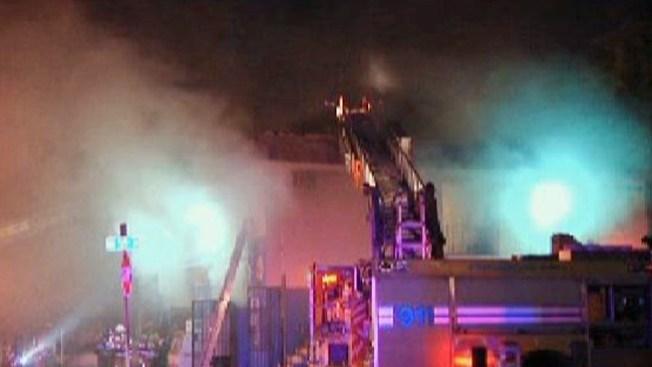 Miami: incendio daña tienda y viviendas