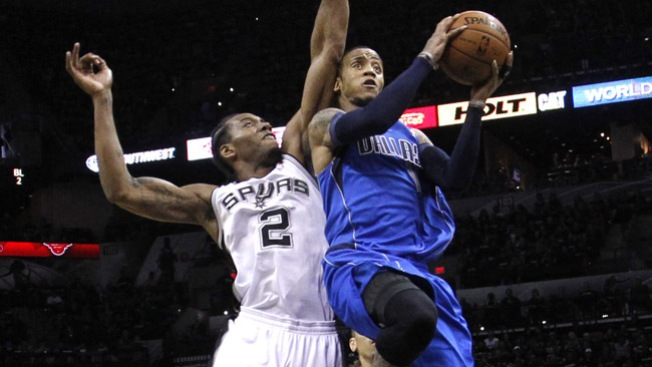 Mavericks derrotan a los Spurs
