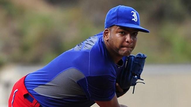 Pitcher cubano debuta con éxito en MLB