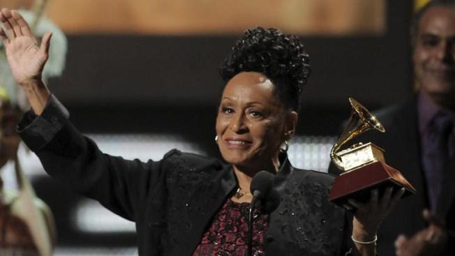Omara Portuondo recibe premio