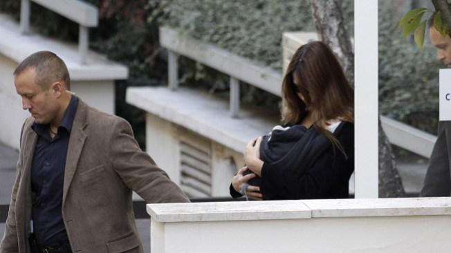 Carla Bruni regresa a casa con su bebé