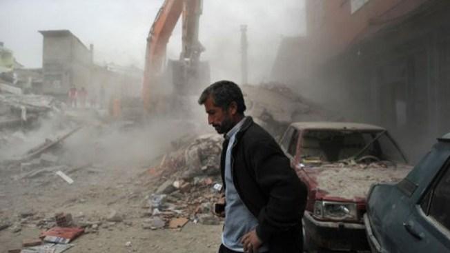 Rescatan a maestra de escombros en Turquía
