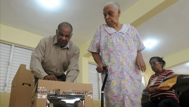 Salen dominicanos a votar