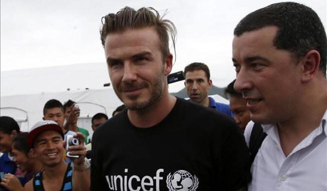 Beckham visita niños afectados por tifón