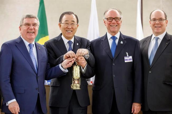 Dan bienvenida a llama olímpica en la ONU