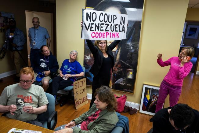 """Un """"colectivo"""" chavista defiende la embajada en Washington de Guaidó"""