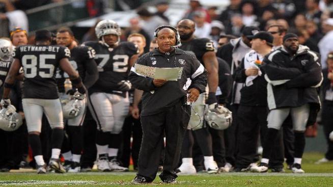 Raiders de Oakland despiden a entrenador Hue Jackson