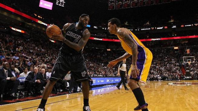 Heat 98, Lakers 87; James, agripado, comanda ataque de Miami