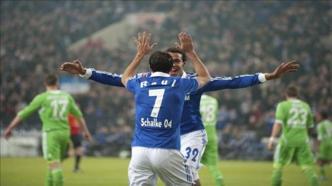 El Schalke golea al Wolfsburgo y Raúl marca su gol número 400