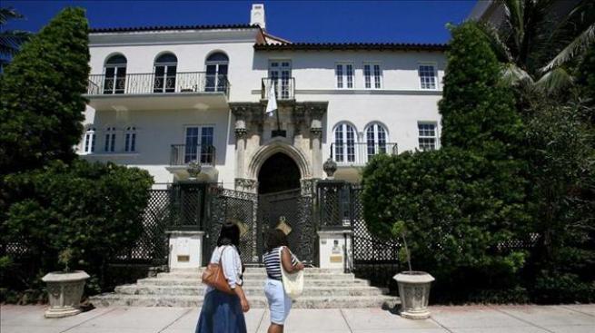 Piden millones por casa de Versace
