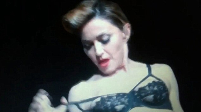 Madonna se saca un seno