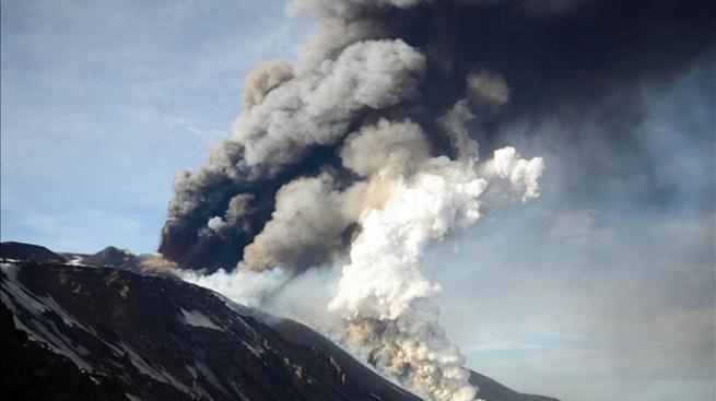 Volcán en efusiva erupción