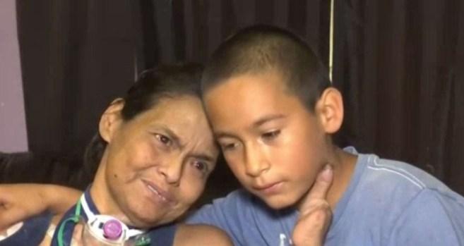 Papeles invertidos: hijo cuida a mamá con una enfermedad incurable