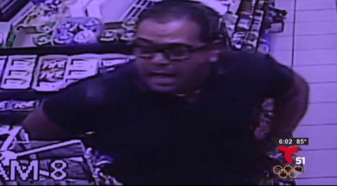 Buscan a hombre que amenazó a cajero con arma