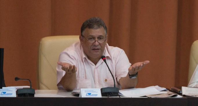 Raúl Castro sustituye a su ministro de Economía