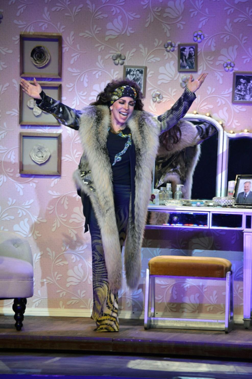 http://media.telemundo51.com/images/987*1481/veronica-castro-teatro-aplauso-02.jpg