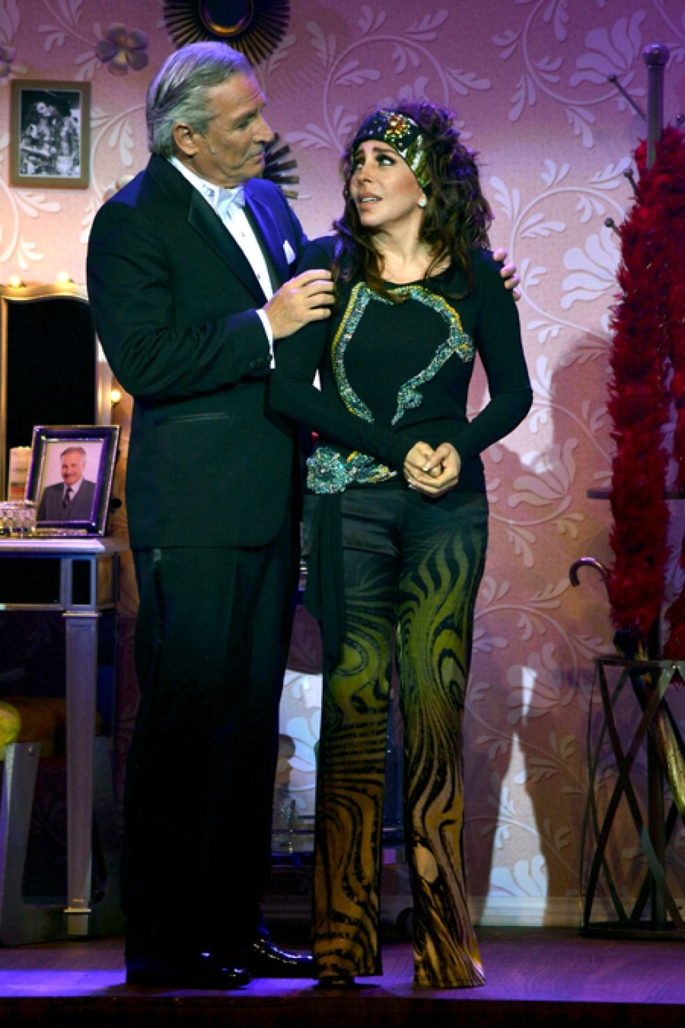 http://media.telemundo51.com/images/987*1481/veronica-castro-teatro-aplauso-04.jpg