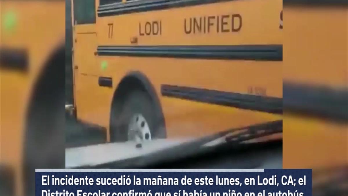 Autobus Del Porno autobús escolar con niño adentro para a solo pulgadas de tren a toda  velocidad